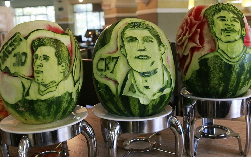 Chef brasileiro esculpe rostos de grandes craques da Copa em melancias