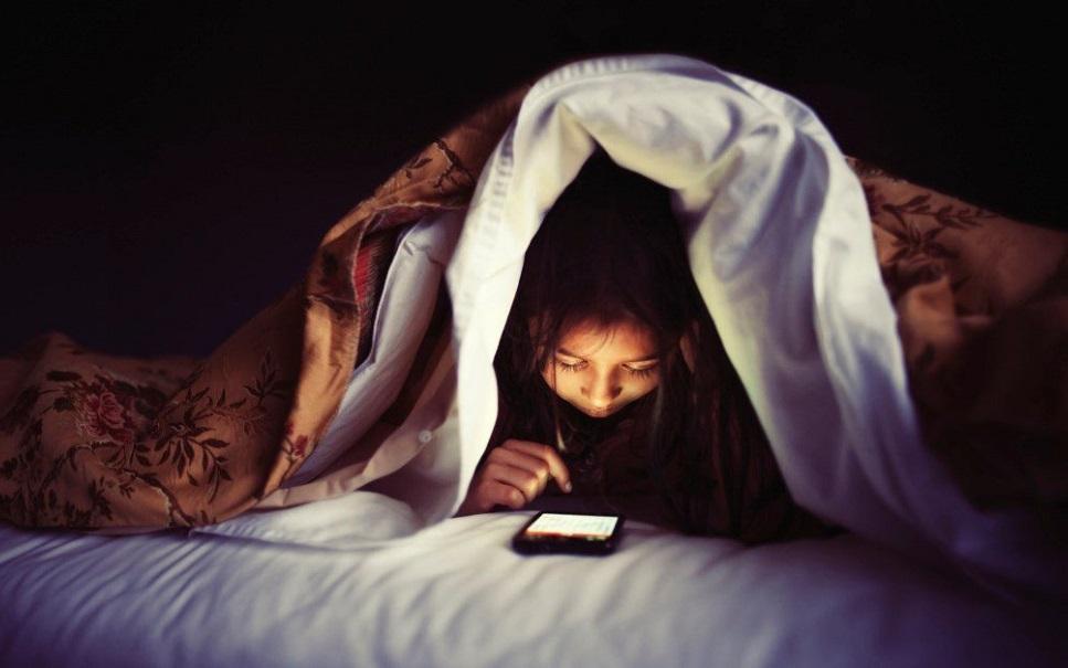 Chinês tem descolamento de retina após usar o celular no escuro por horas