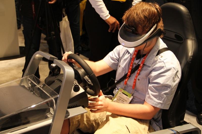 Sony demonstra visualizador pessoal 3D durante a CES 2012. 7917475811111216
