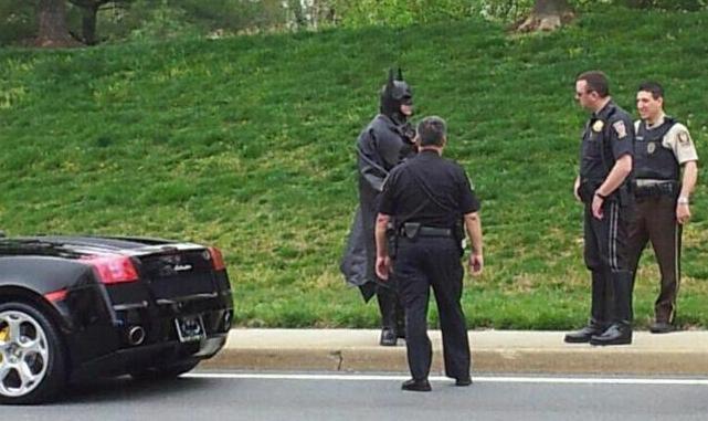 Batman foi parado pela polícia e precisou dar explicações  4411356727193113