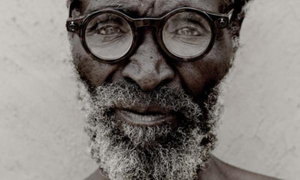 25650e20d Homem zulu usando os óculos universais (Fonte da imagem: Reprodução/Michael  Lewis)