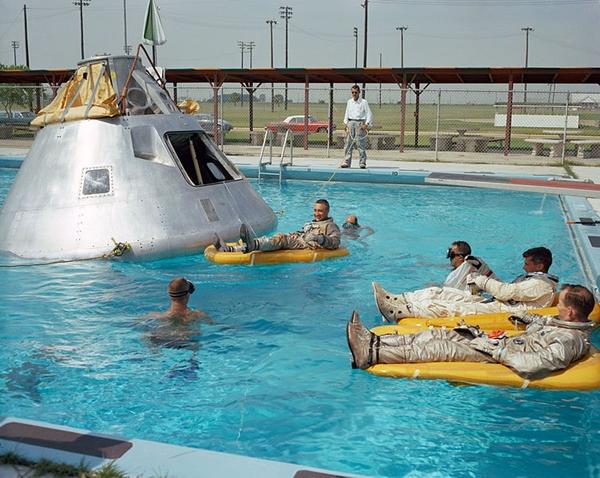 Astronautas da Apollo boiando na água antes da morte. 955994417814619