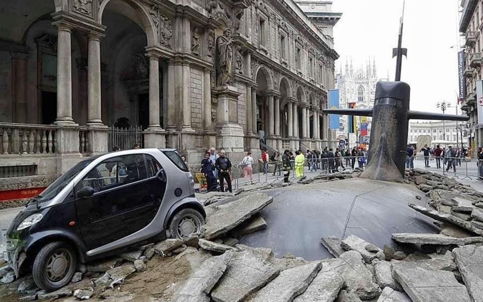 Ação publicitária faz um submarino emergir no meio de uma rua na Itália