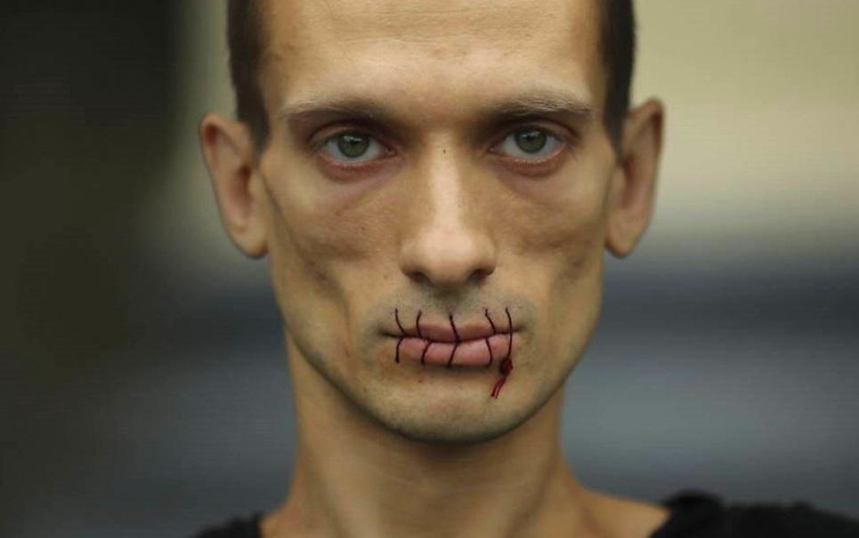 Artista Russo prega os próprios testículos no chão em protesto contra Putin
