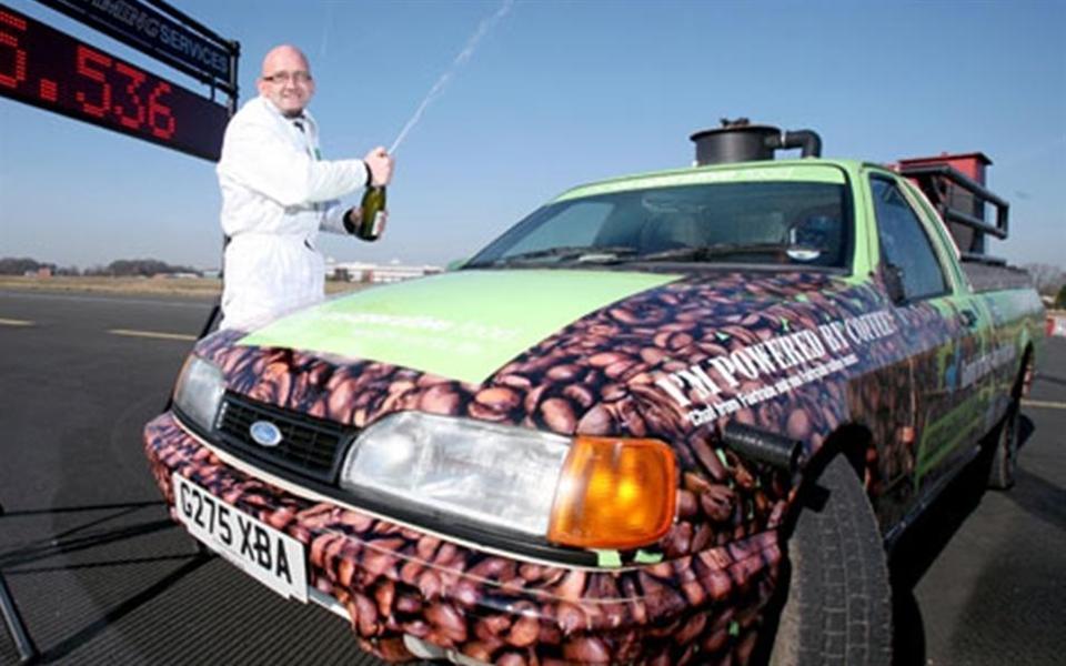 Carro movido a café atinge velocidade recorde de 104 km/h
