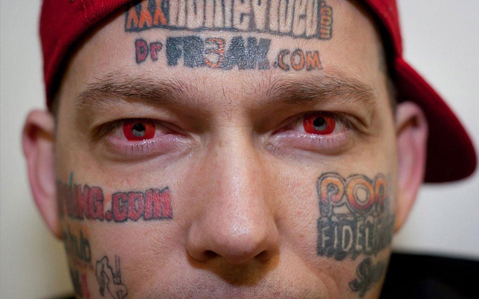 Homem conhecido como outdoor humano pretende apagar tatuagens do rosto