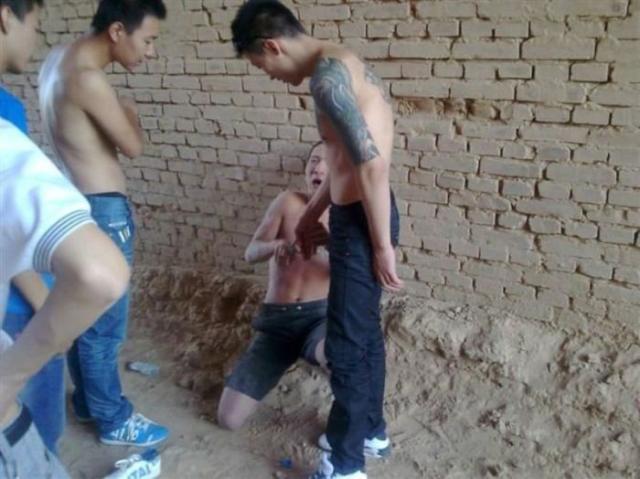 Tirinha Gordo Fresco: Gangster chinês perde o celular e suas fotos são divulgadas