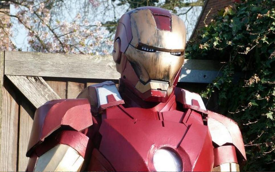 Tony Stark tabajara: rapaz constrói réplica da armadura do Homem de Ferro