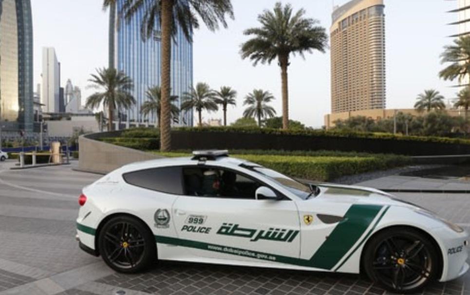 Polícia de Dubai tem Ferrari nova em sua frota