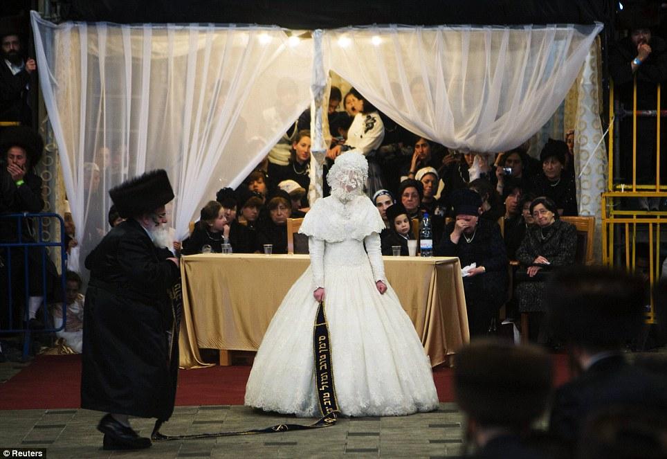 Matrimonio In Ebraico : Casamento de judeus ortodoxos atraiu mil pessoas do