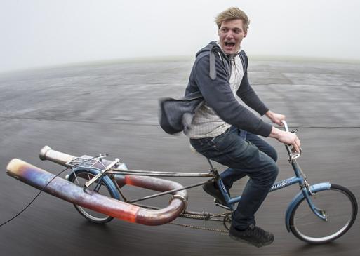 Perigoso e excêntrico: veja uma bicicleta funcionar com um motor a jato