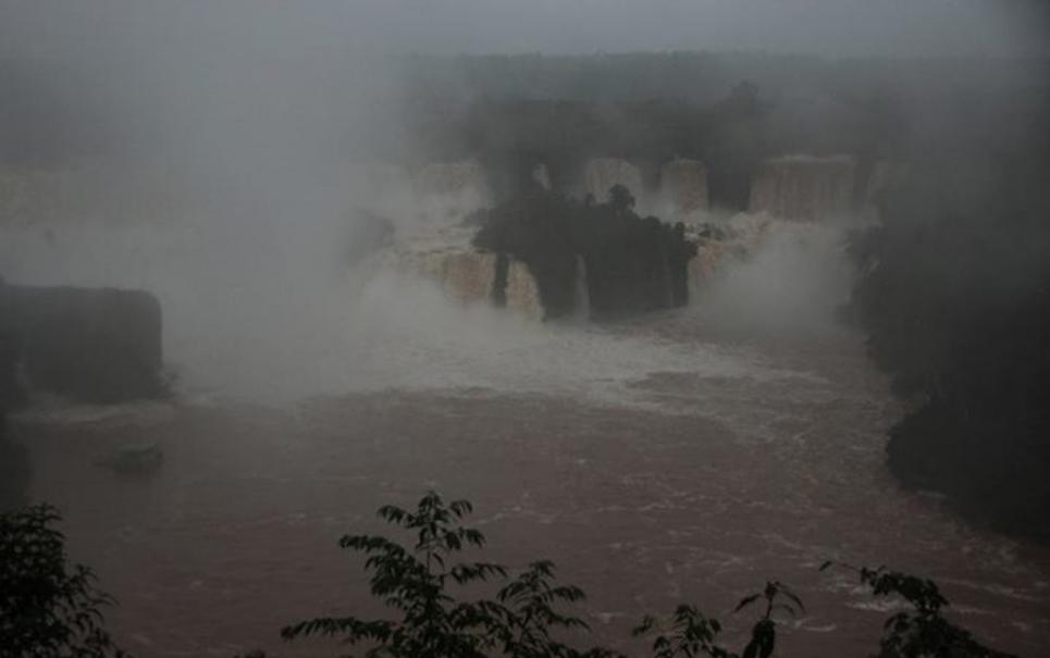 Cataratas do Iguaçu apresentam vazão monstruosa