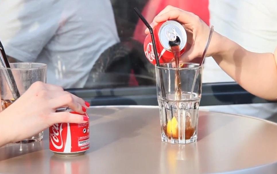 Lata promocional da Coca-Cola se divide em duas para estimular partilha