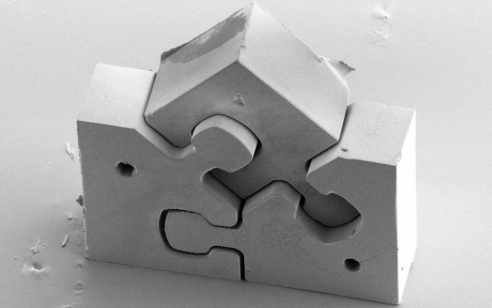 Menor quebra-cabeça do mundo tem três peças com menos de um milímetro cada