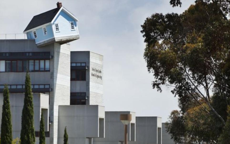 Casa na Califórnia fica presa na ponta de um prédio [vídeo]