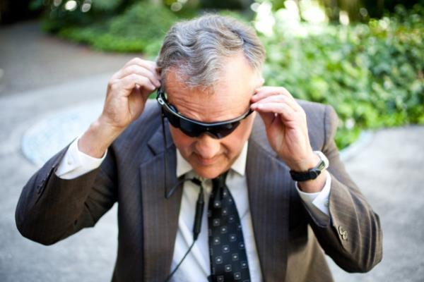 Óculos equipados com câmera restauram parcialmente a visão em cegos