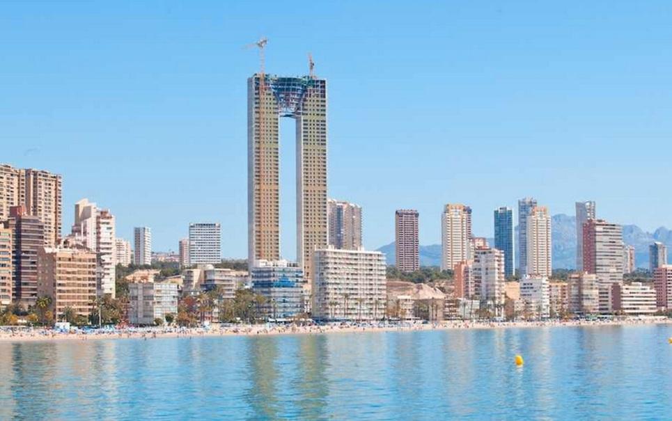Engenheiros de arranha-céu na Espanha se esquecem do elevador