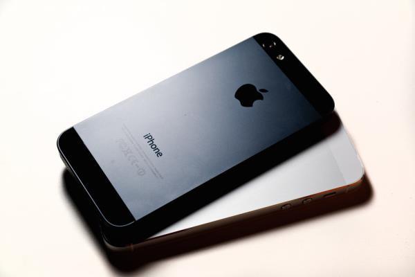 Apple já começou a distribuição do iPhone 5S e 5C