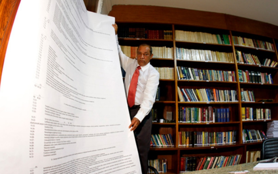 Advogado publica livro de 6 toneladas como crítica à burocracia brasileira