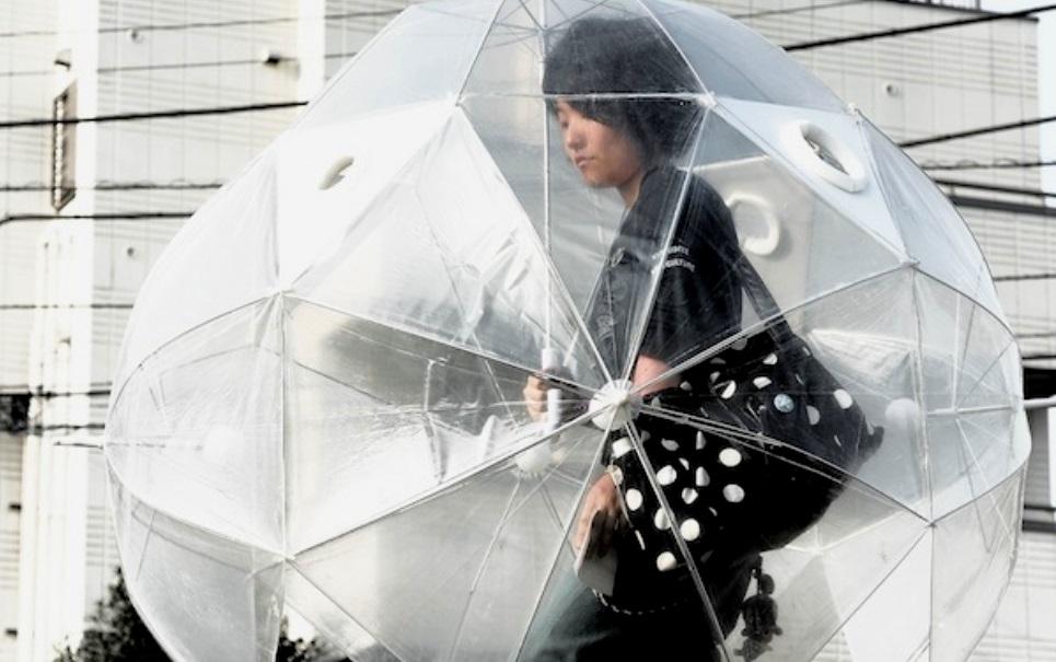 Japoneses criam guarda-chuva que protege o corpo inteiro