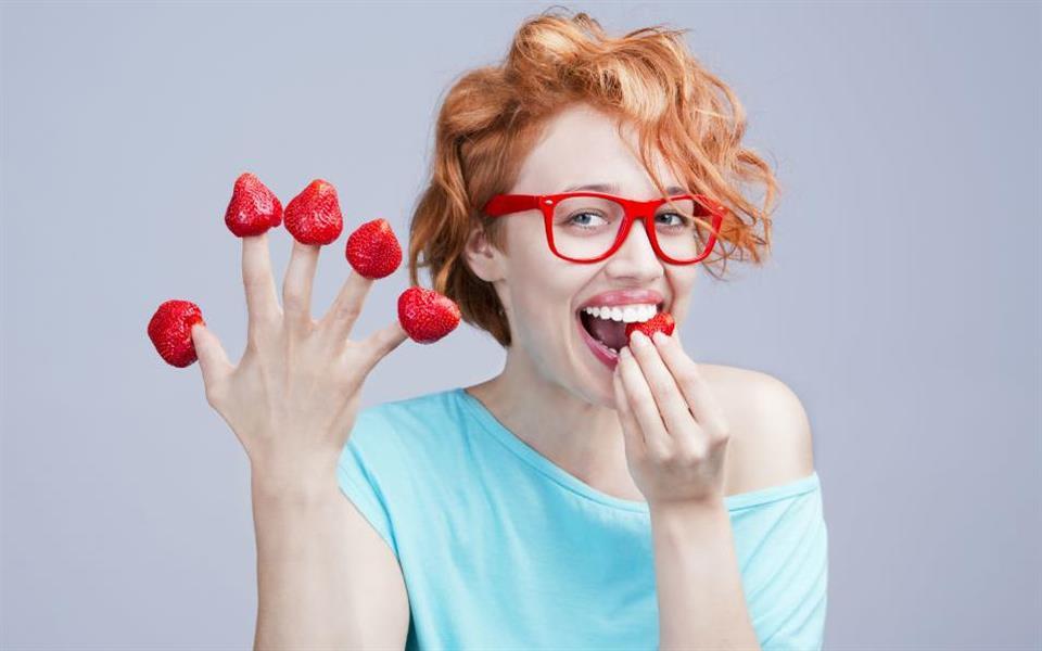 Você sabia que morangos podem clarear os dentes naturalmente?