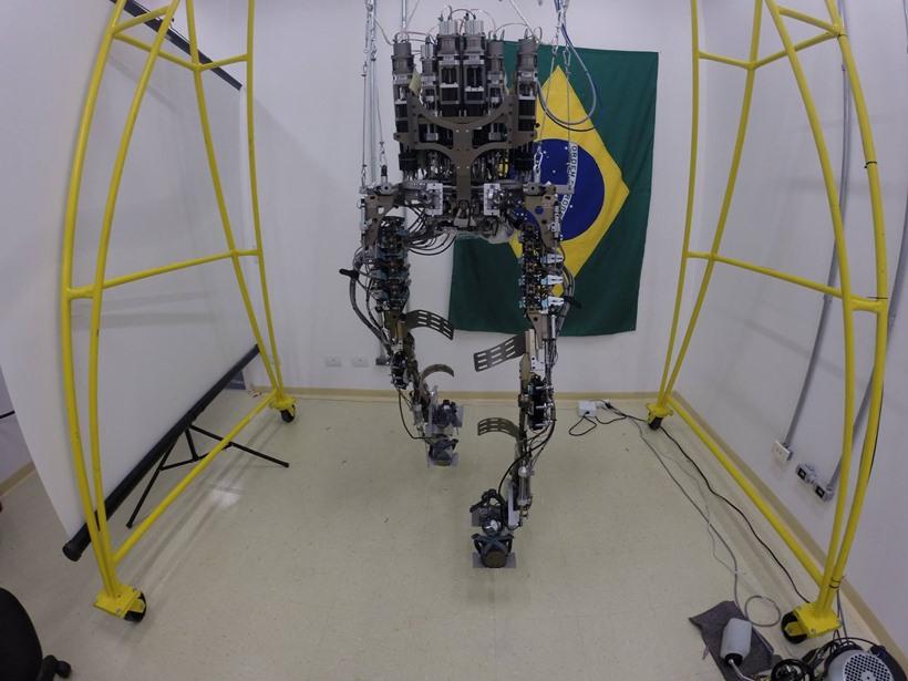 Exoesquelo possibilita paraplégico dar chute inicial da Copa do Mundo 1