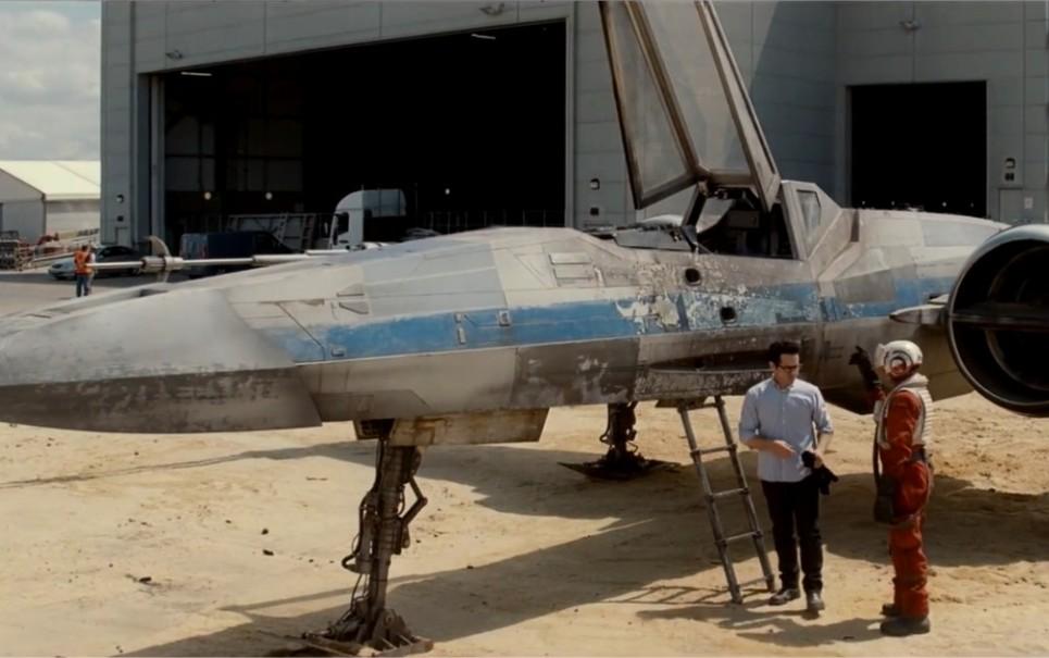 J.J. Abrams revela caça estelar X-Wing no set de Star Wars: Episódio VII