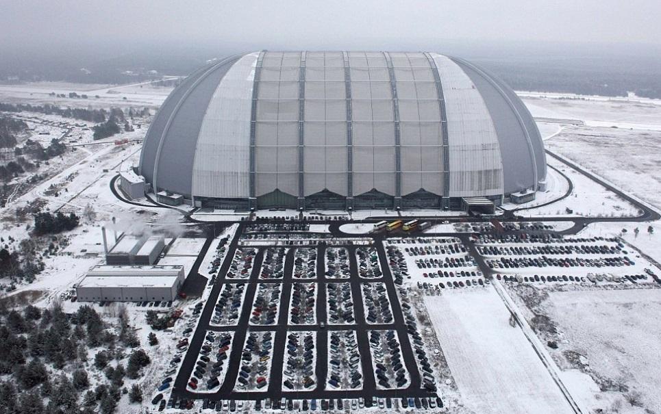 Você não vai acreditar no que existe dentro deste hangar na Alemanha!