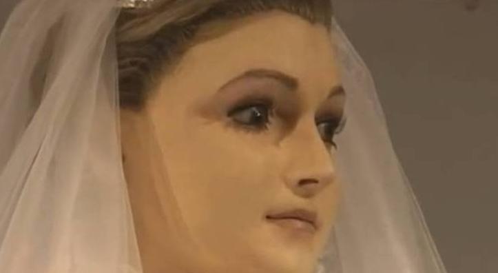 Manequim parece ser a filha morta do dono de uma loja de noivas – será?