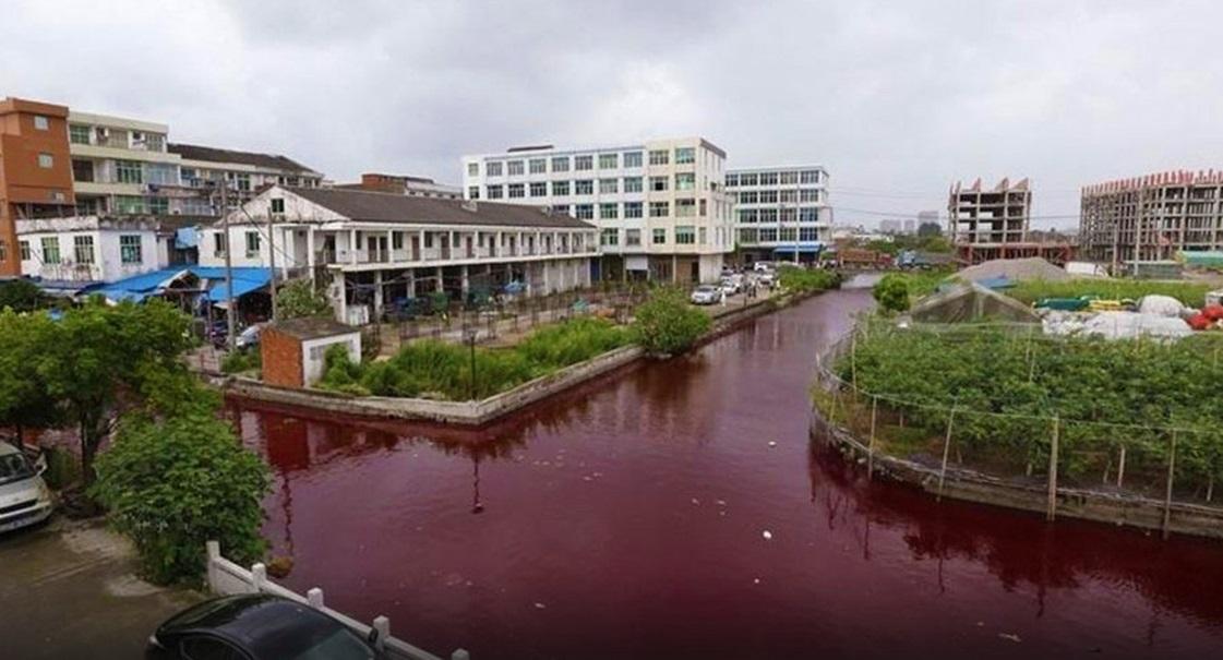 População chinesa acorda e se depara com um rio vermelho-sangue