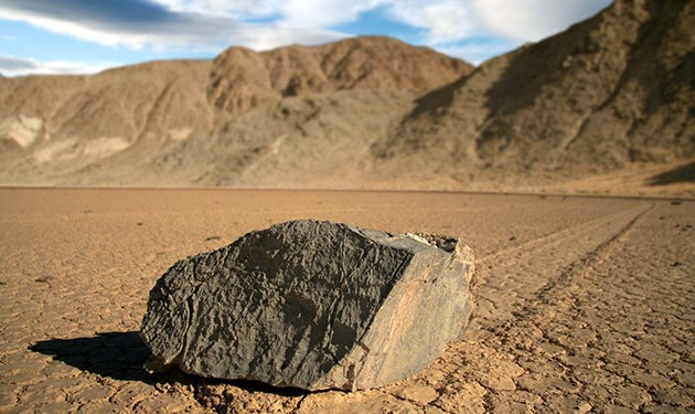 """Mistério das pedras que """"andam"""" no Vale da Morte é finalmente solucionado"""