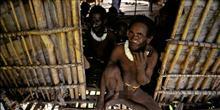 Canibalismo: conhe�a os Korowai, a �ltima tribo antrop�faga existente