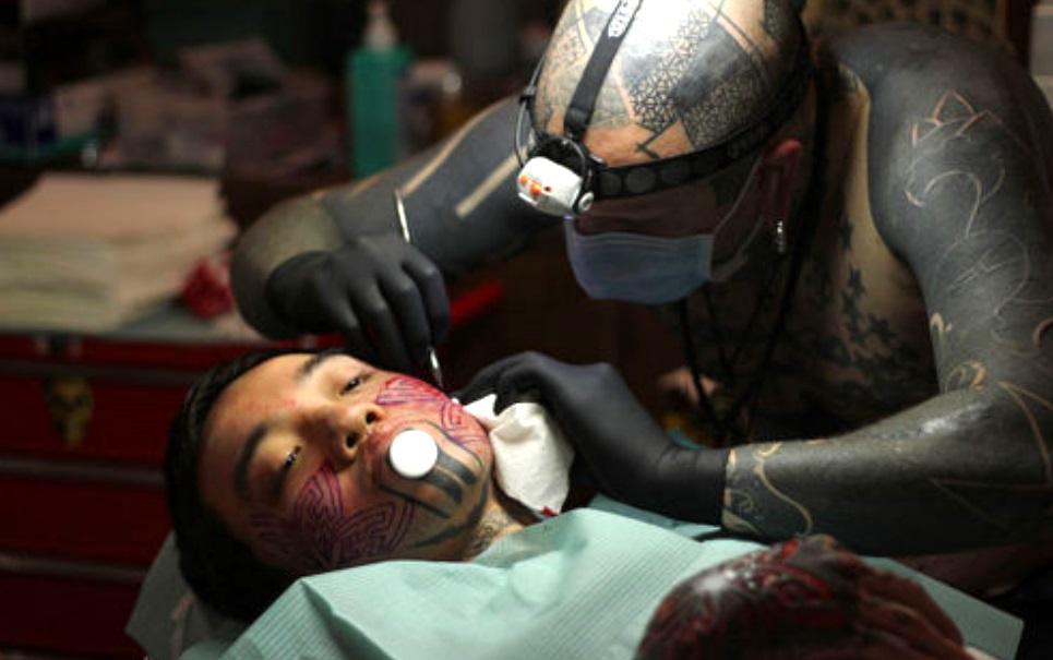 Veja 15 exemplos de escarificação, a tatuagem feita de cicatriz e muita dor