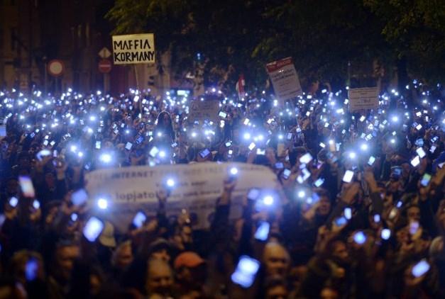 Húngaros protestam contra nova cobrança de internet proposta pelo governo