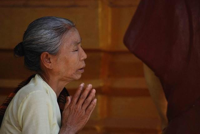 09155021370704 Sabía que en la India existe un ritual en el cual las personas ayunan hasta la muerte?
