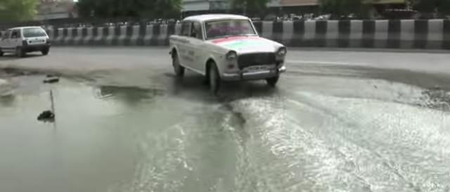 Taxista indiano dirige para trás há 30 anos e tem autorização para isso