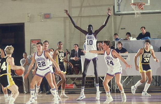 Manute Bol Weight And Height >> 11 fotos incríveis do mais alto jogador de basquete da NBA - Mega Curioso