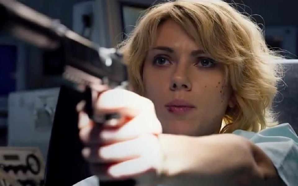 Scarlett Johansson mostra poderes sobre-humanos em trailer de Lucy