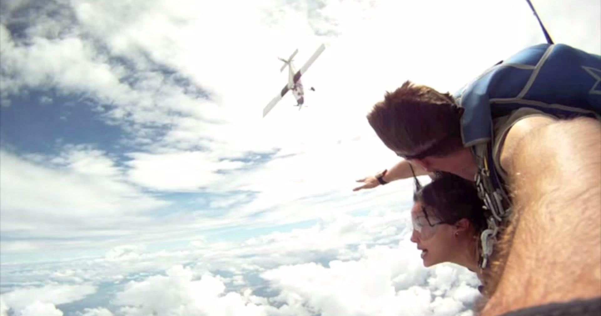 Paraquedistas quase colidem com avião em pleno voo 10153724483798