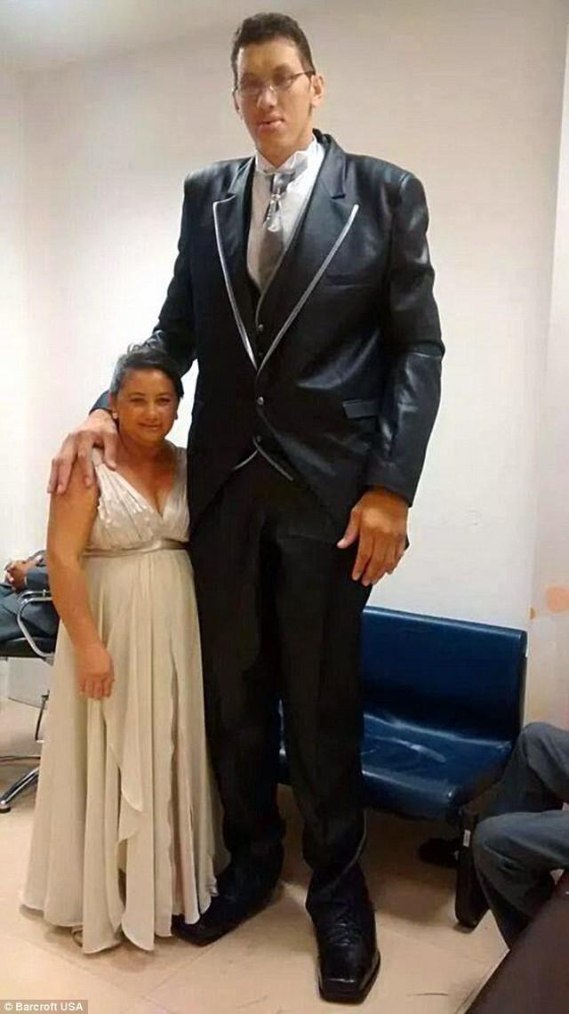 O homem mais alto do Brasil se casou com uma mulher de 1,52 m de altura