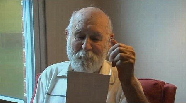 Duane Schrock Sr. lê o cartão que levou 26 anos para ser entregue