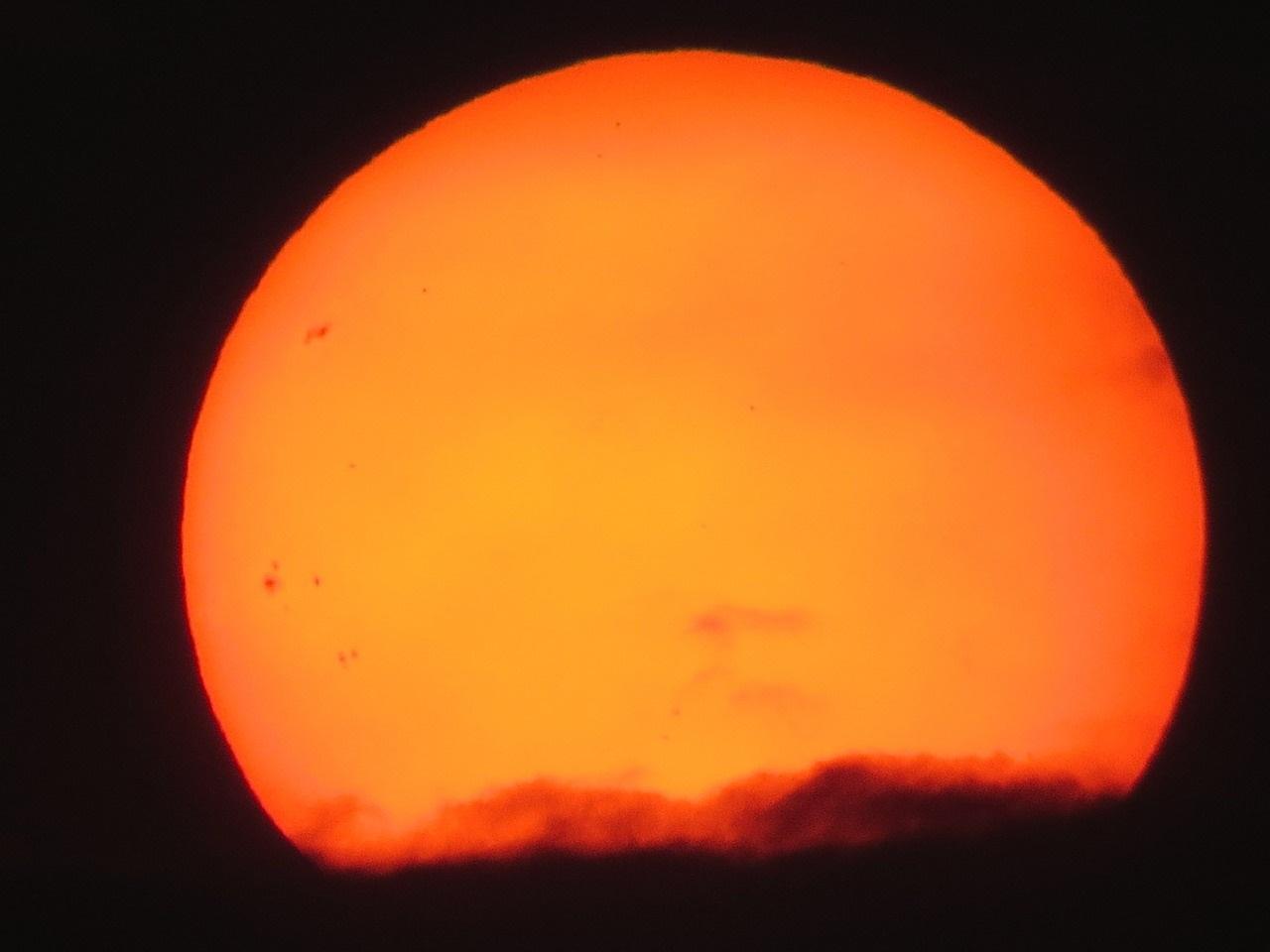 Fotos registram pequenos pontos escuros no Sol.