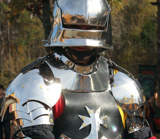 Reflexo solar em armadura de Gerolde fez o guerreiro vencer o seu primeiro duelo contra um dragão