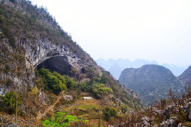 Caverna gigantesca abriga comunidade chinesa e tem até quadra de basquete