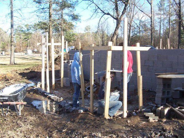 16183411626102 Con ayuda de tutoriales en YouTube, madre construye la mansión para los hijos
