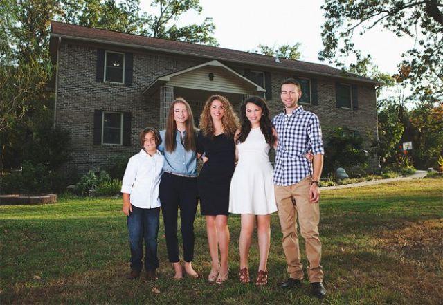 16183545329109 Con ayuda de tutoriales en YouTube, madre construye la mansión para los hijos