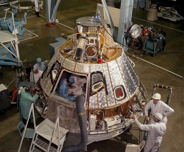 Engenheiros da NASA trabalhando na construção do módulo de comando antes do acidente