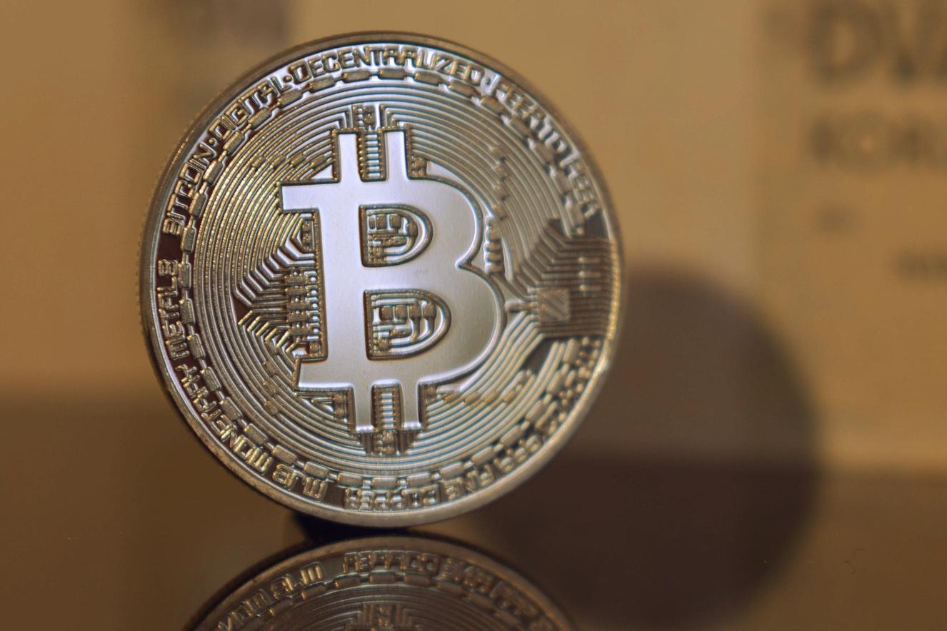 Bitcoin vai (mesmo) para a bolsa e supera os 12 mil dólares