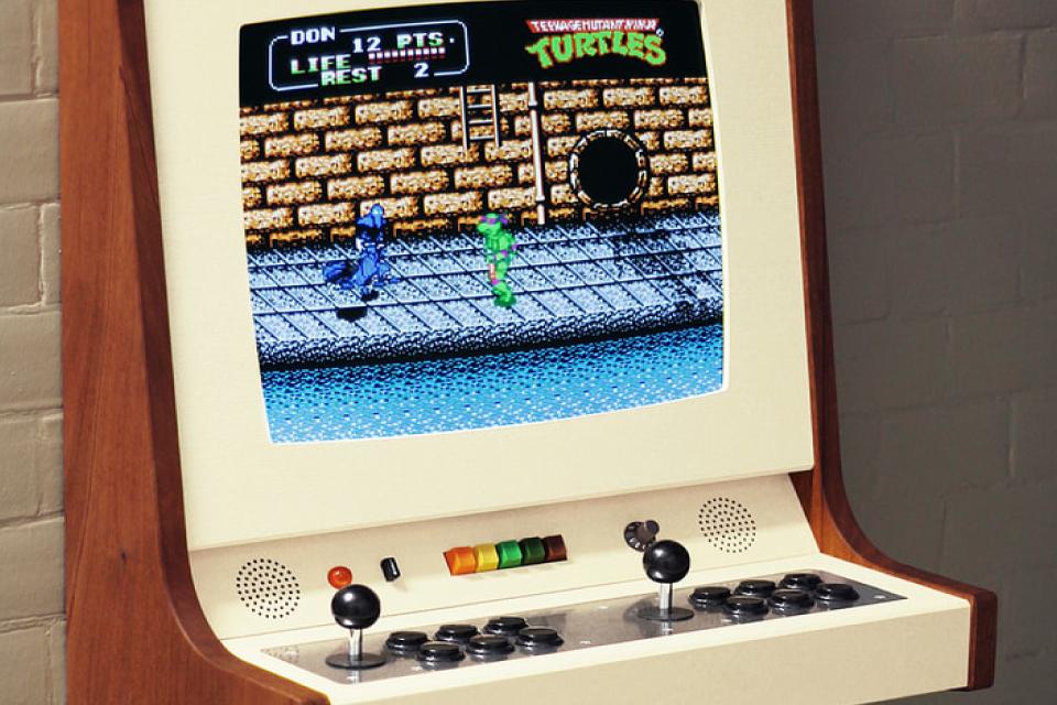 Designer sueco desenvolve gabinete para arcade de encantar os olhos