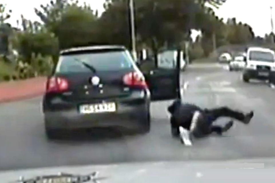 Durante briga, homem se joga de carro em movimento e depois processa esposa